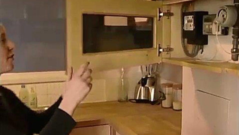 בד זד - מדי חשמל ומים המותקנים במטבח הדירה בגובה העיניים (BioRegional, 2008, screenshot 0107)