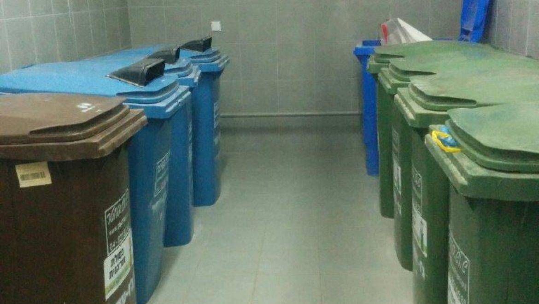 כפר סבא - חדר אשפה ובו פחים לסוגי פסולת שונים (צילום פרטי)