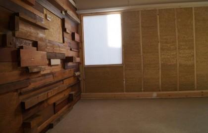 יציקת קיר המפקריט ויישום טיח אדמה במשרד AUS